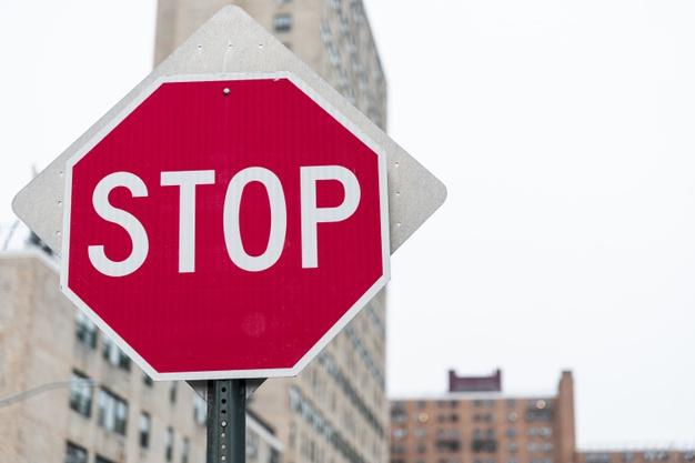 Sinistro stradale per stop non visibile: a chi imputare la responsabilità?