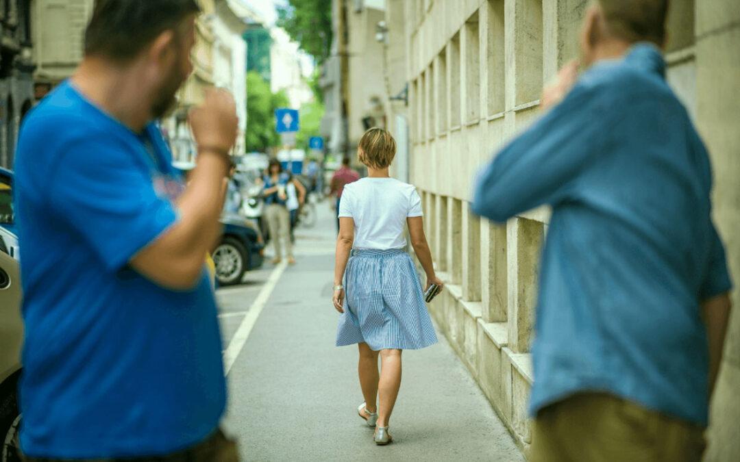 Catcalling: cos'è e le differenze con il reato di molestia